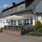 Außenbereich mit Parkplätzen vom Hotel Schatulle aus Laufersweiler