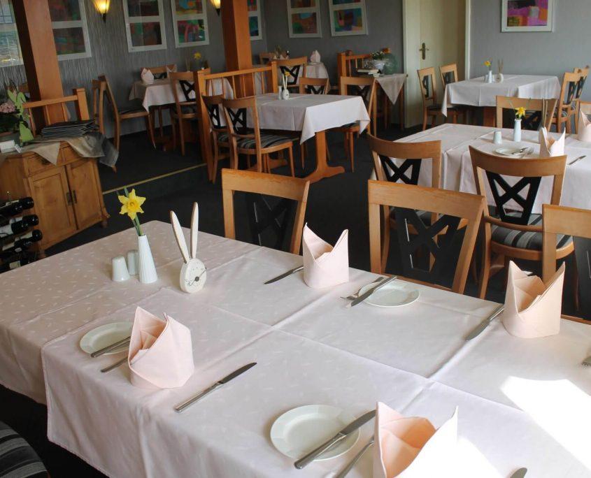 Eingedeckte Tische im Restaurant Schatulle aus Laufersweilers im Hunsrück