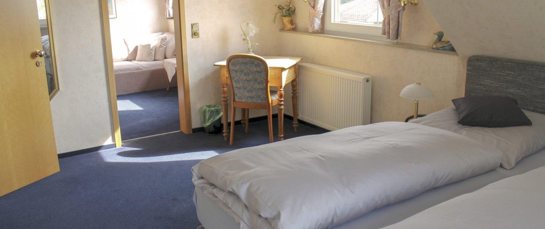 Großzügiges Zimmer mit zwei Räumen und viel Platz zum entspannen im Hotel Schatulle aus Laufersweiler