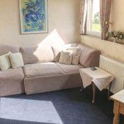 Sofa als Sitzmöglichkeit in einem Hotelzimmer von dem Hotel & Restaurant Schatulle in Laufersweiler